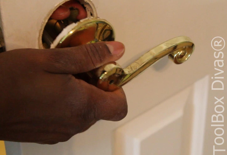 How to replace modern door knob